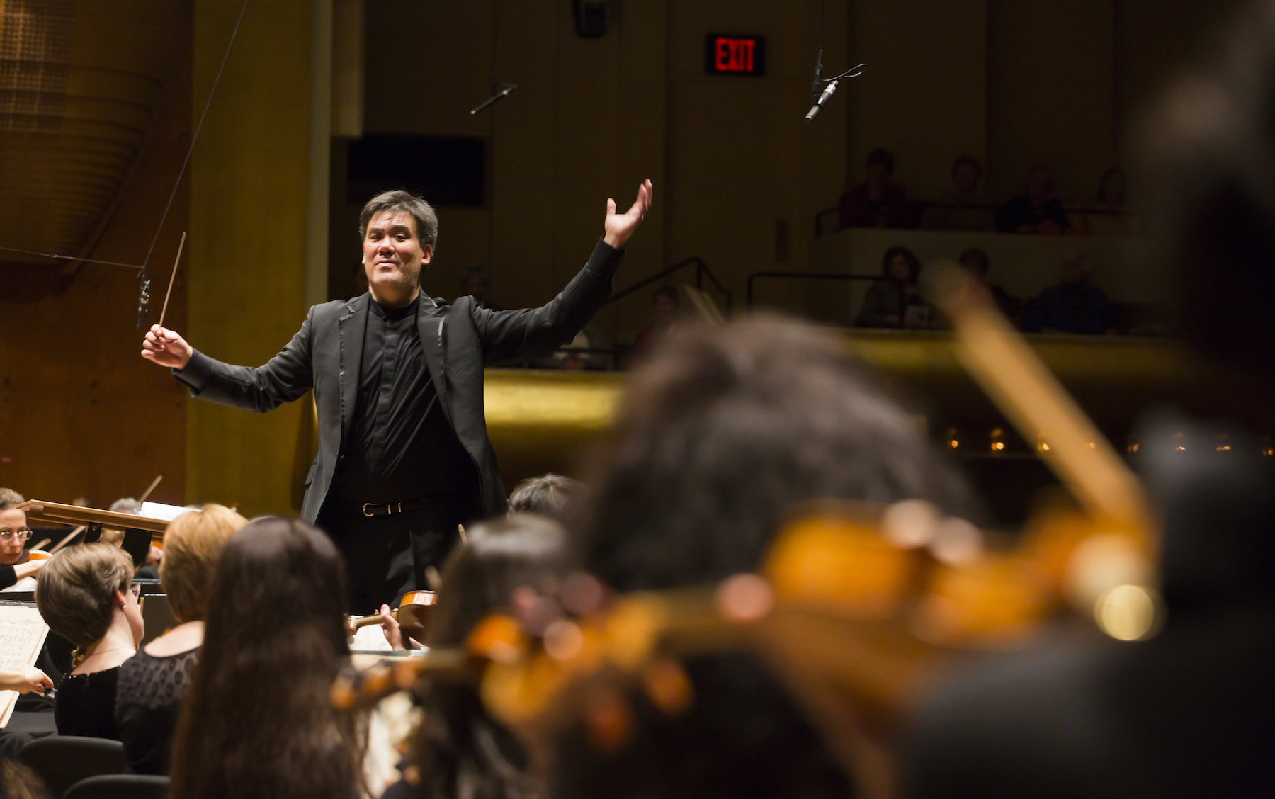 Alan Gilbert conducts the New York Philharmonic at Avery Fisher Hall, 10/23/14. (credit: Chris Lee)