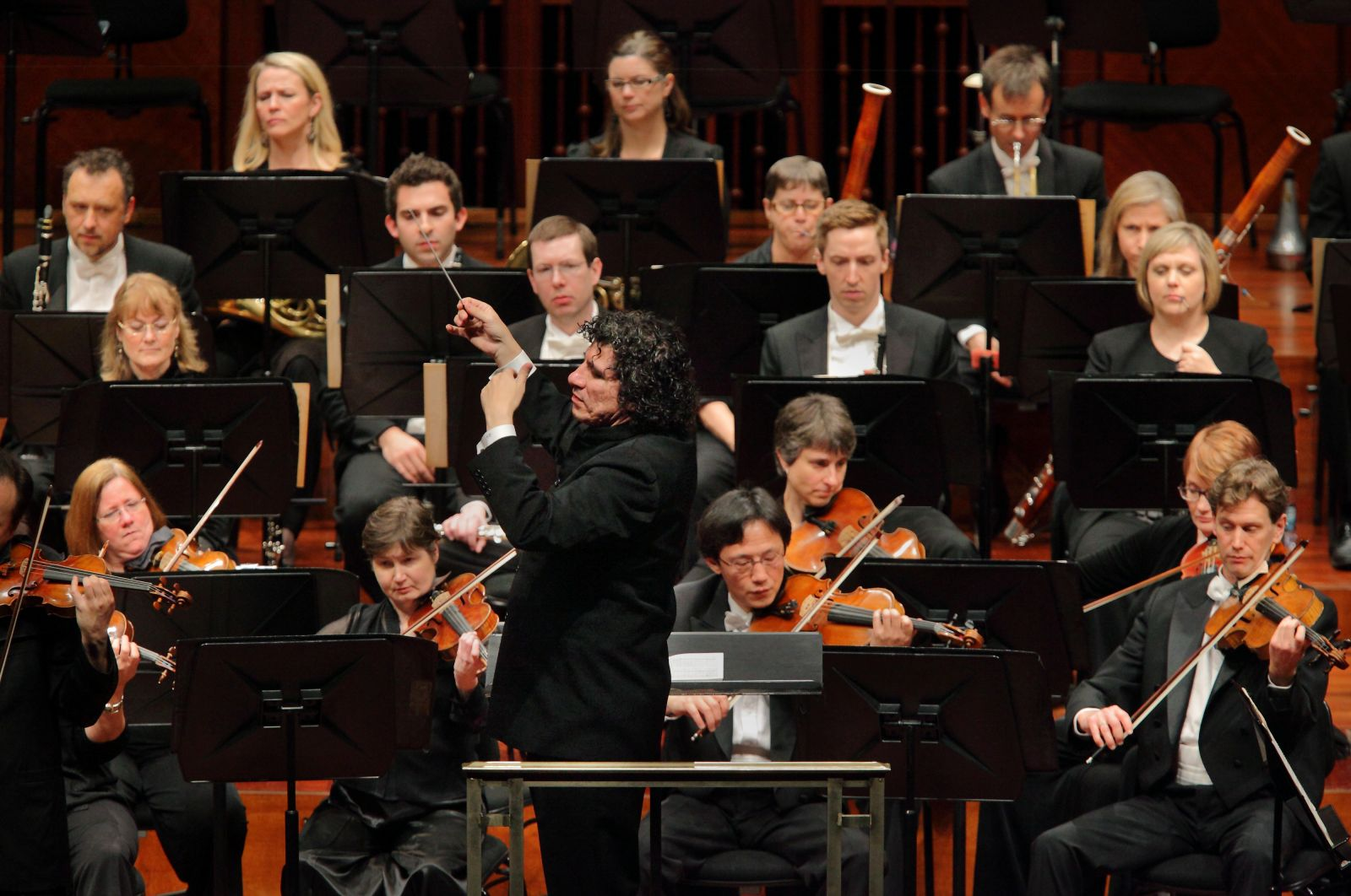 Giancarlo Guerrero conducts the Nashville Symphony (credit: Bill Steber).