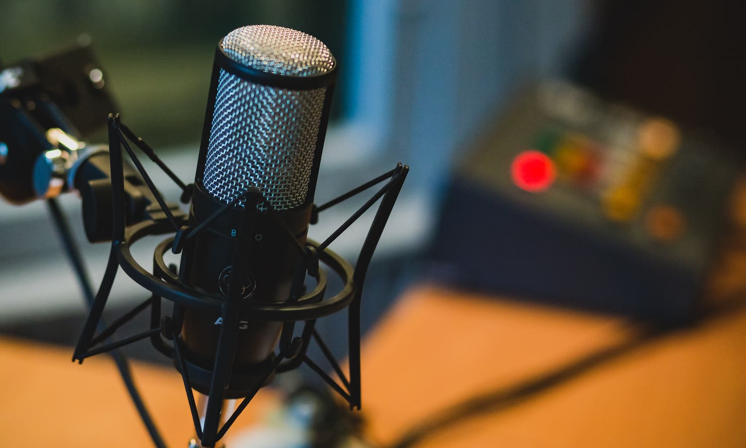 A microphone for podcasts (StockSnap_Maciej_Korsan)