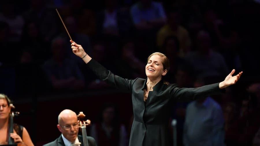 Karina Canellakis conducts Shostakovich