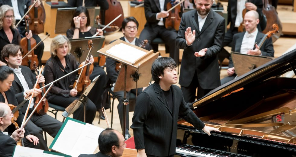 Kirill Karabits acknowledges Sunwook Kim | © Anne Ryan 2019